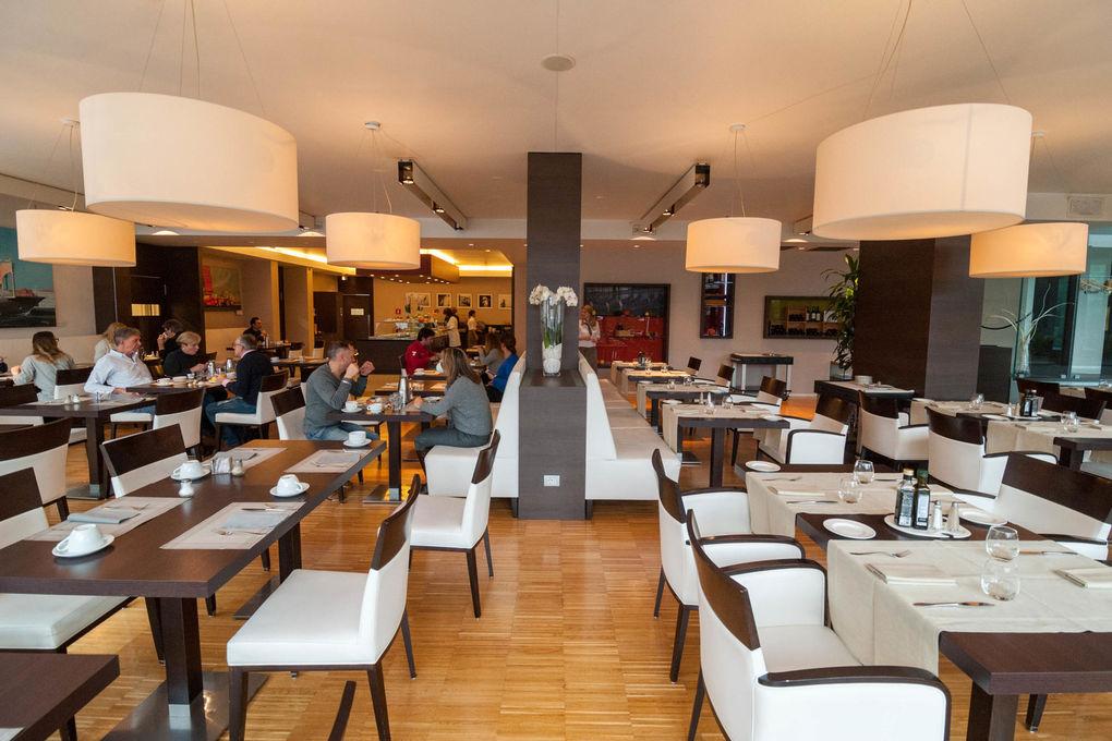 Hilton Garden Inn Venice Mestre San Giuliano Breakfast Room At The Hilton Garden Inn Venice Mestre San Giuliano Oyster Com Hotel Photos