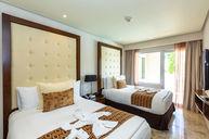 Family Concierge One Bedroom Master Suite Swim Up