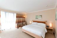 Corner Kingbed Room