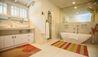 Landfall House : Guest Bathroom